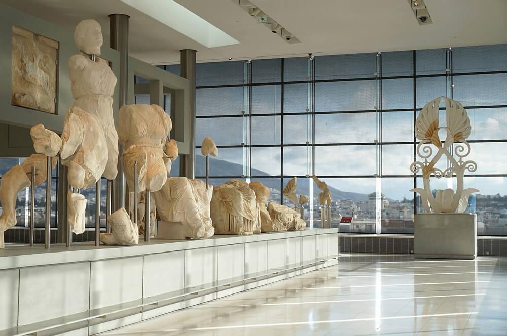 estatuas numa das salas do museu da acropole