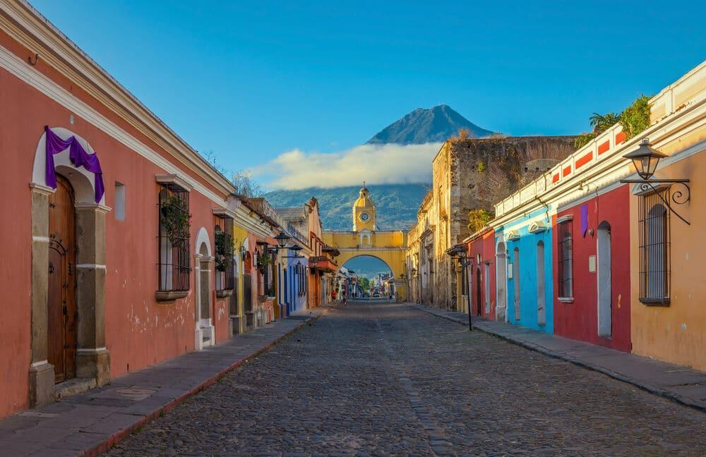 rua com casas coloridas em antigua