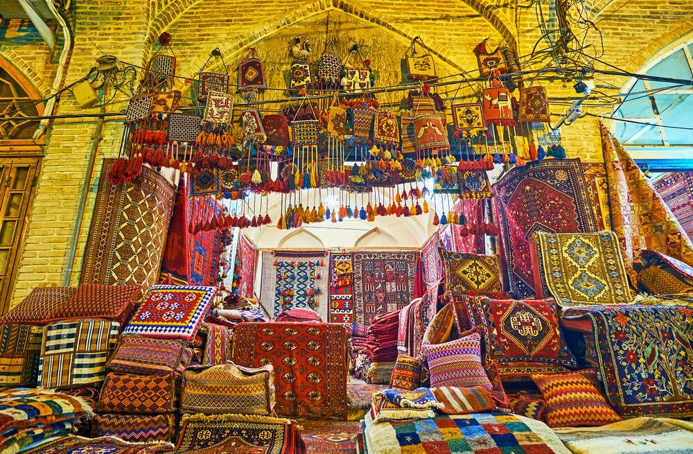 tapetes à venda num souk iraniano
