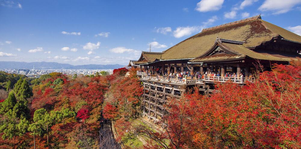 vista lateral do templo de kiyomizudera e da paisagem