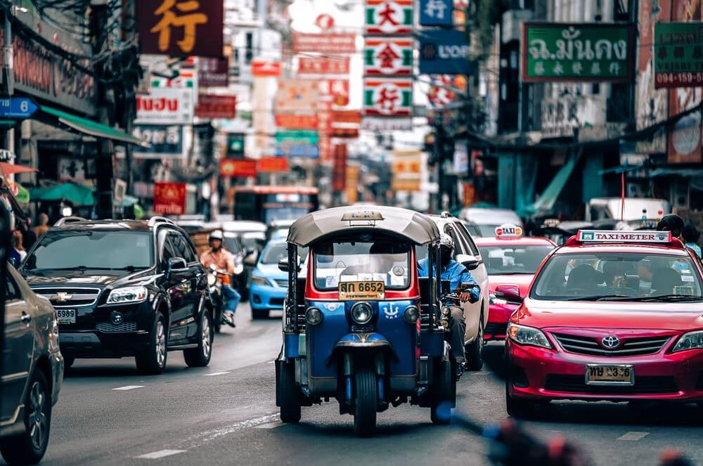 vários tipos de transportes no trânsito da tailandia
