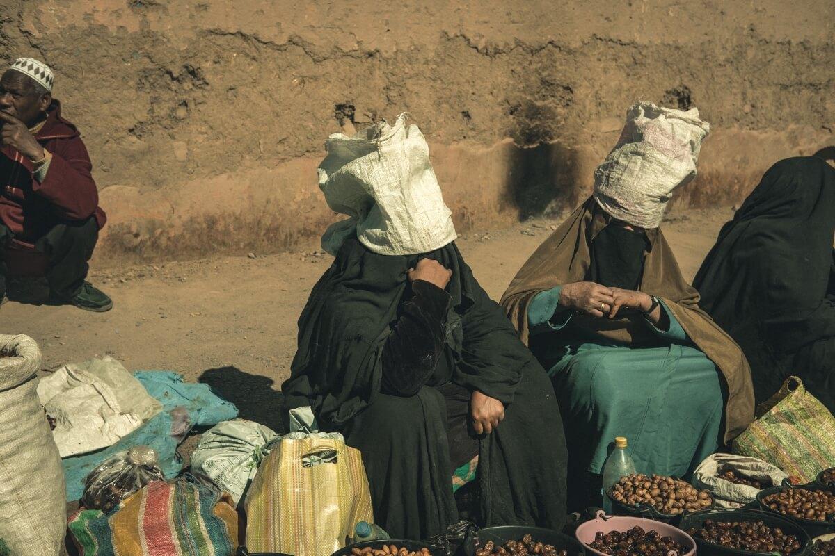 mulheres vendem produtos no mercado