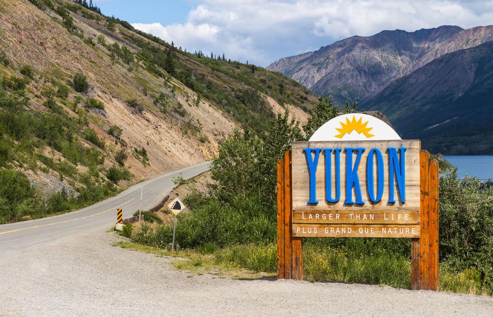estrada yukon no circulo dourado no canada