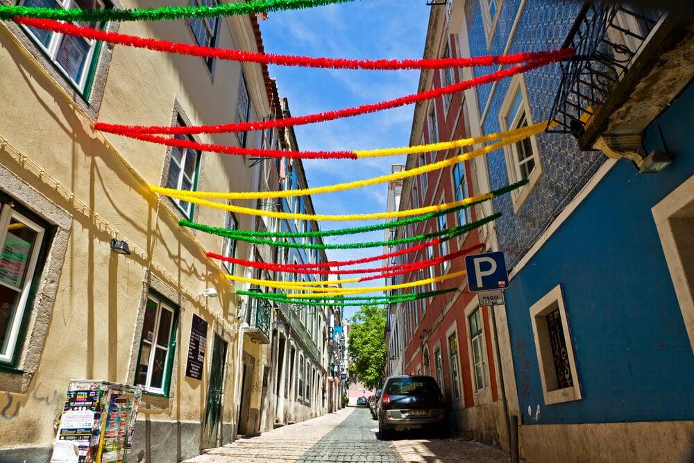 ruas de alfama decoradas para o santo antonio