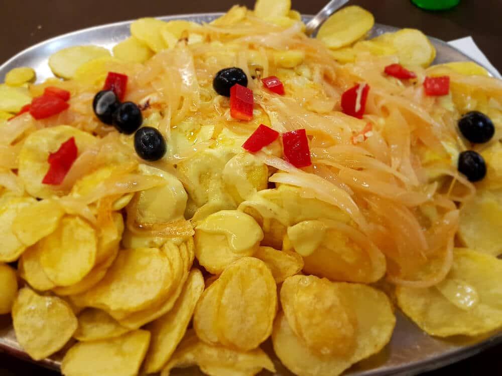 bacalhau à braga com batatas fritas, azeitonas e pimentos