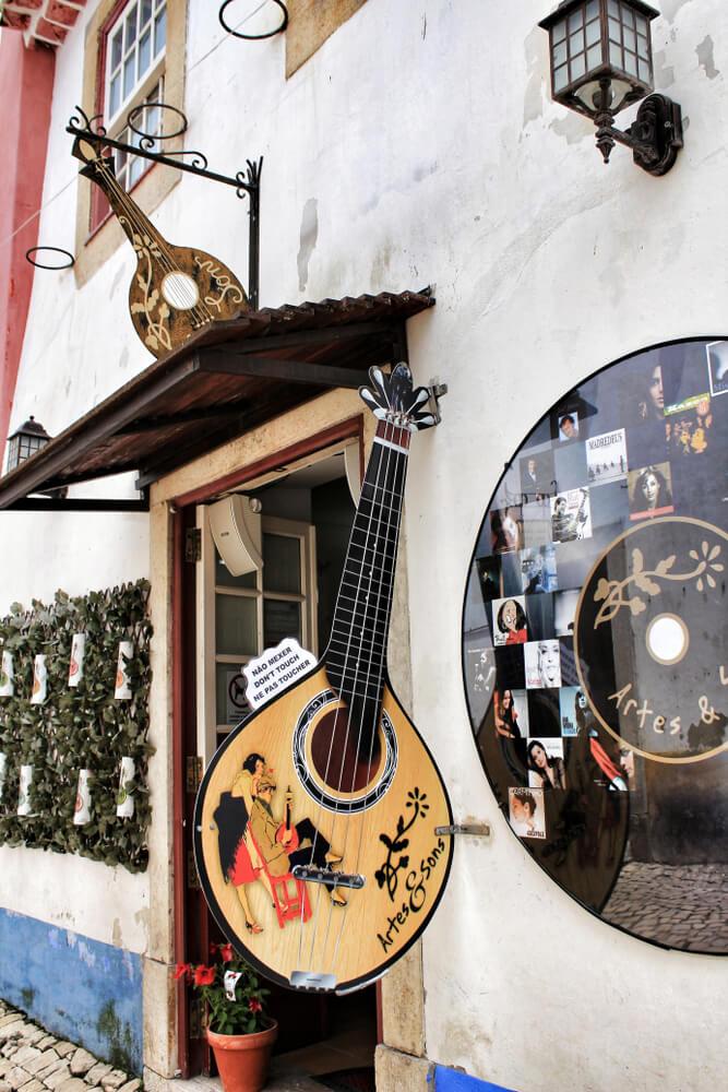 fachasda de uma casa de fados com guitarra portuguesa pendurada