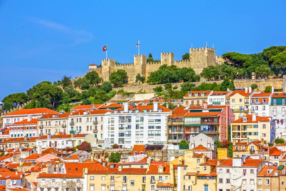 panoramica do castelo de sao jorge desde a baixa de lisboa