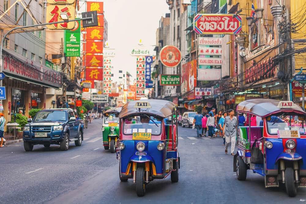 tuktuks numa rua da chinatown de banguecoque