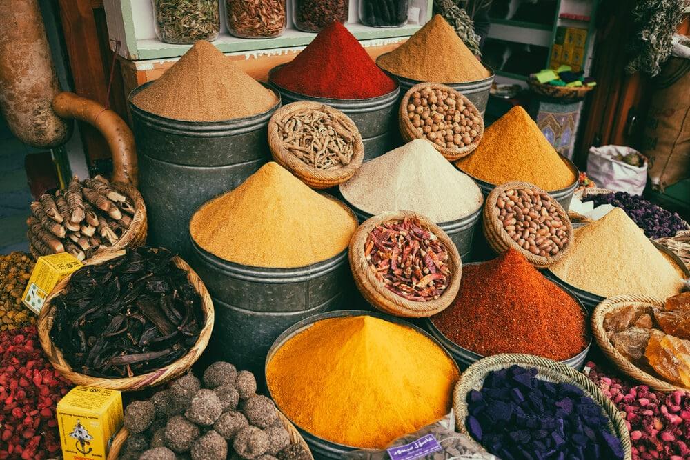 banca de especiarias de varios tipos e cores