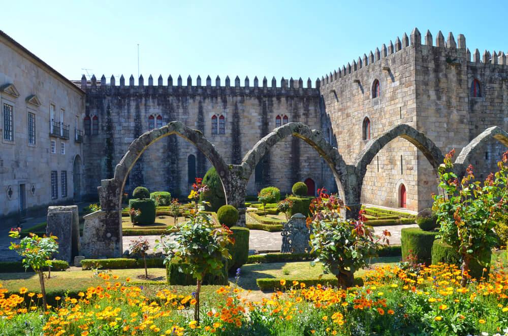 jardim de santa barbara e ruinas ao fundo