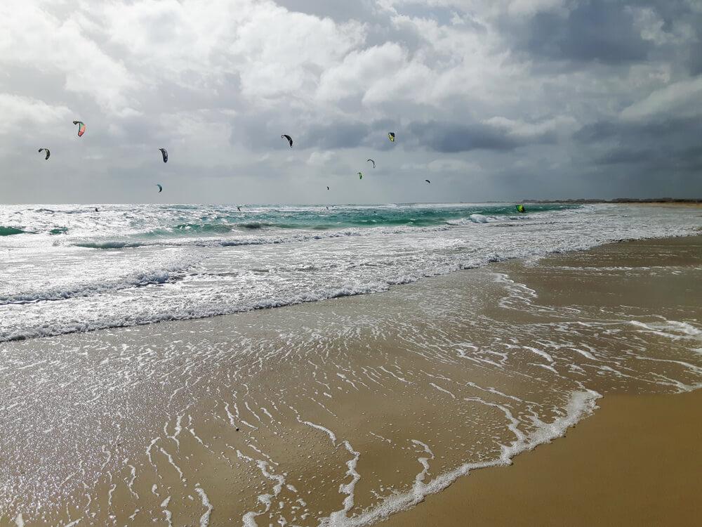 kite surfers na kite beach da ilha do sal
