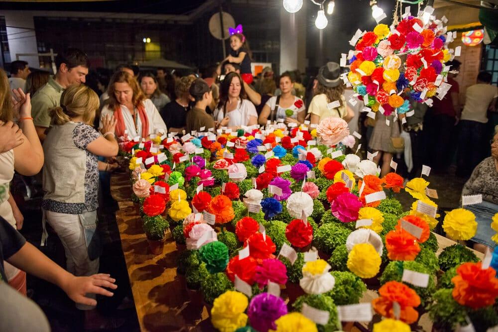 banca de manjericos com flores de papel colorido e rimas