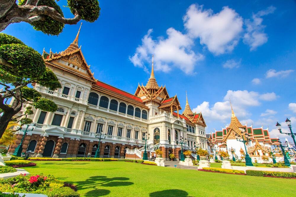 grande palacio tailandes com os seus jardins num dia de sol
