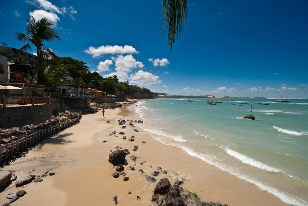 praia de areia fina e agua turquesa