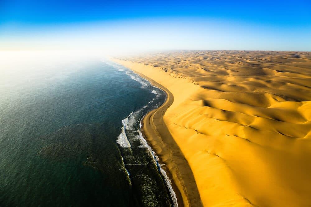 vista panoramica de uma praia da namibia