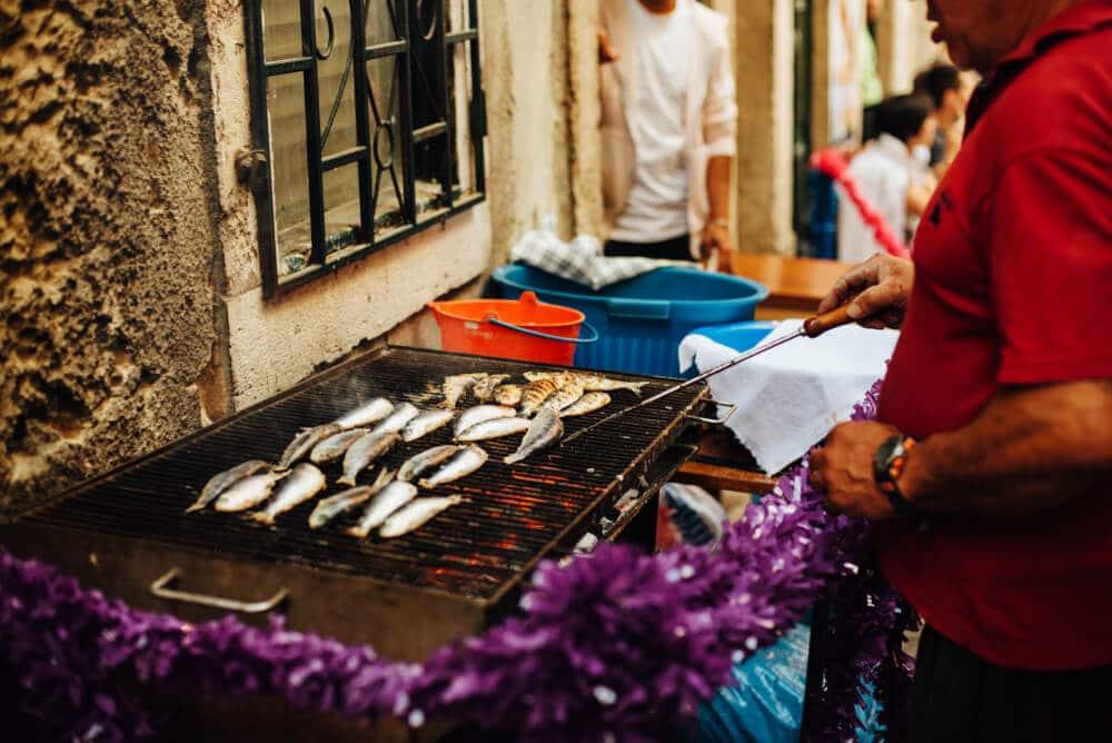 sardinhas a serem assadas à porta de casa