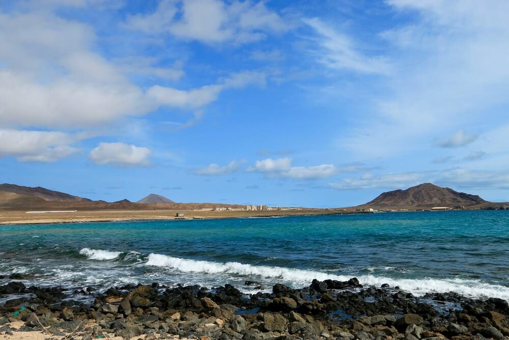vista da baía dos tubaroes na ilha do sal