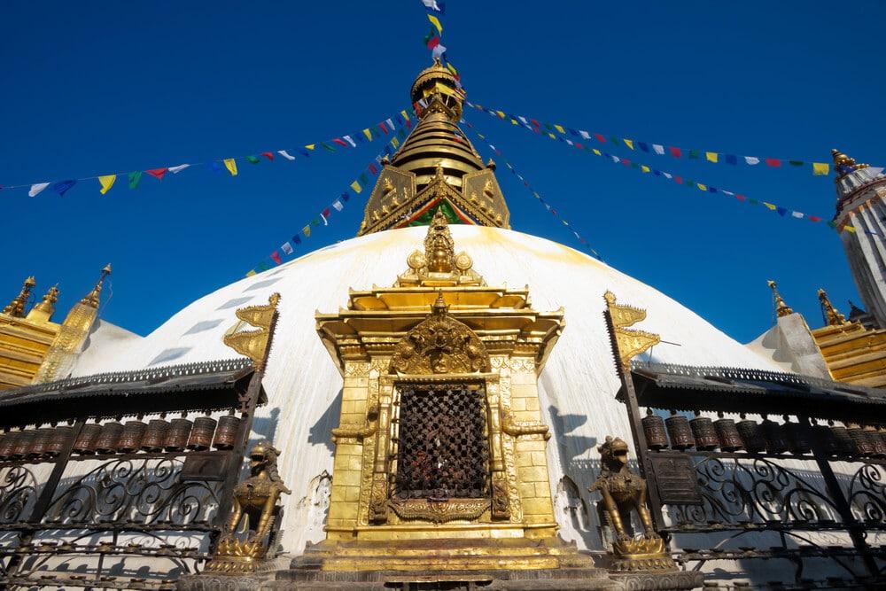 templo de swayambhunath branco com bandeiras as cores