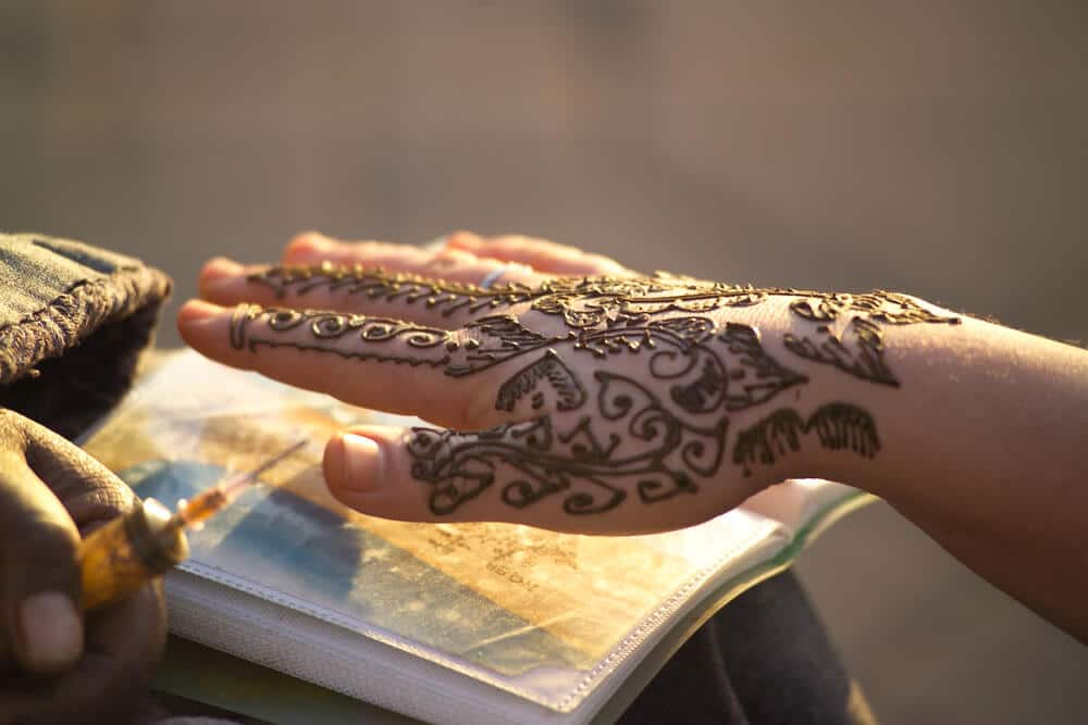 mao feminina com tatuagem de hena