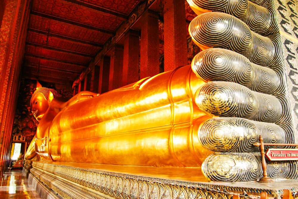pes do buda reclinado no seu templo
