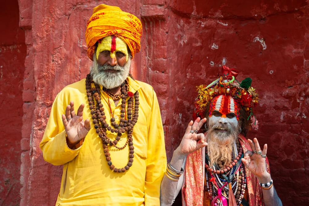 dois homens santos no templo de pashupatinath