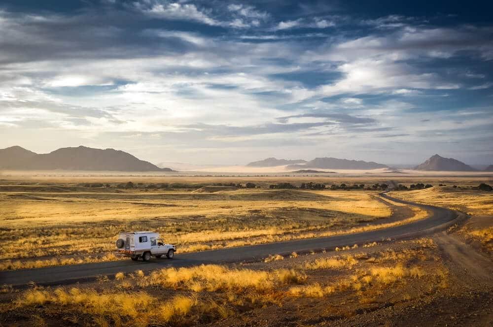 autocaravana a viajar pelo deserto da namibia