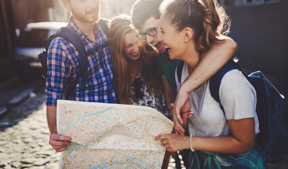 amigos de viagem seguram um mapa
