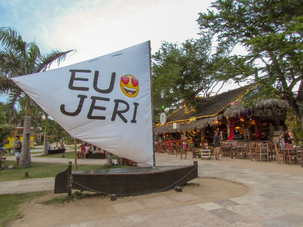 barco atrcado na praia com o lema 'eu amo Jeri' na vela