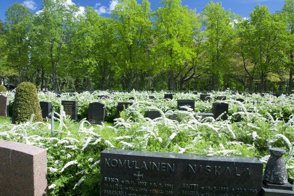 tumbas e vegetação no cemiterio de hietaniemi