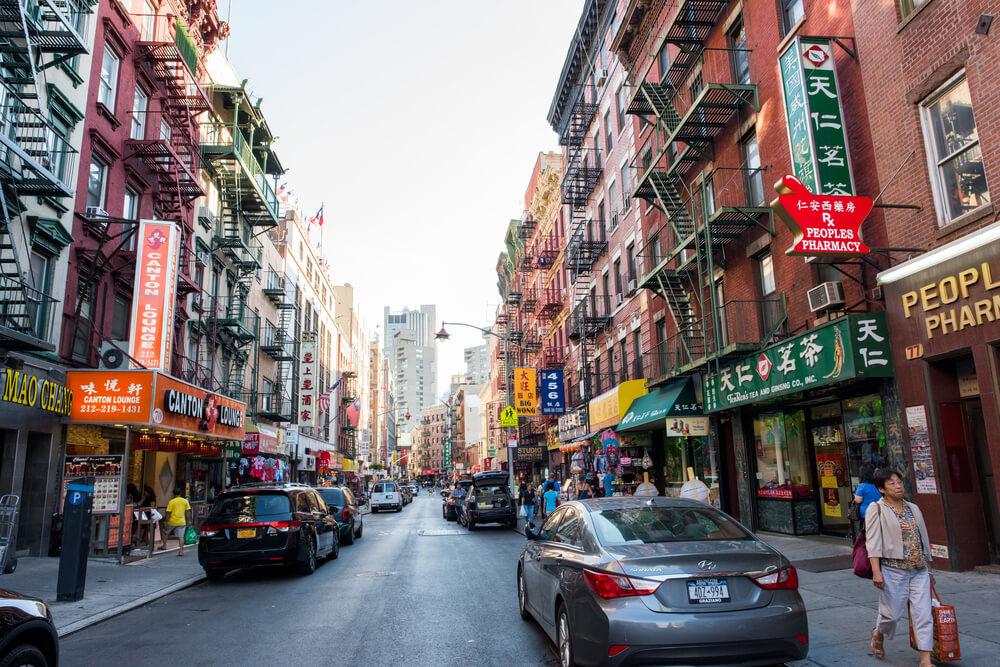 rua de chinatown cheia de publicidade luminosa