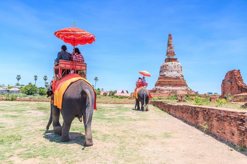 turistas a andar de elefante em Ayutthaya