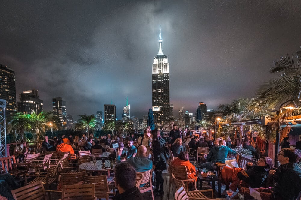 fifth rooftop bar com vistas para o empire state building