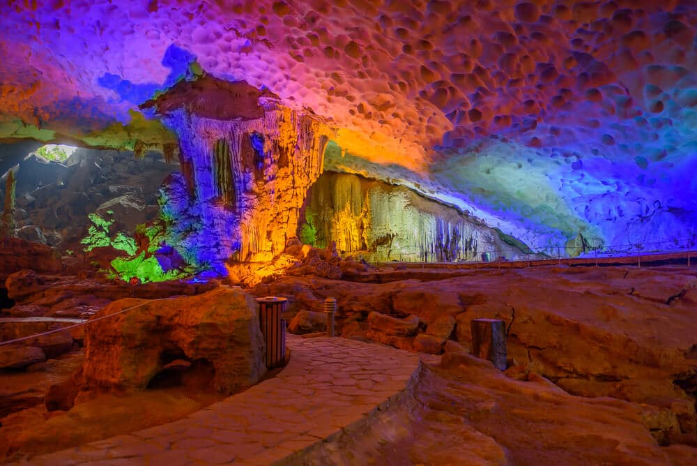 lagoa dentro de uma gruta com luzes de cores