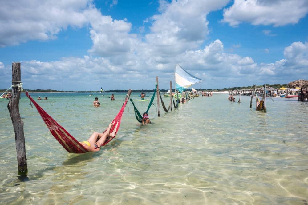 redes para descansar dentro de agua na lagoa do paraiso
