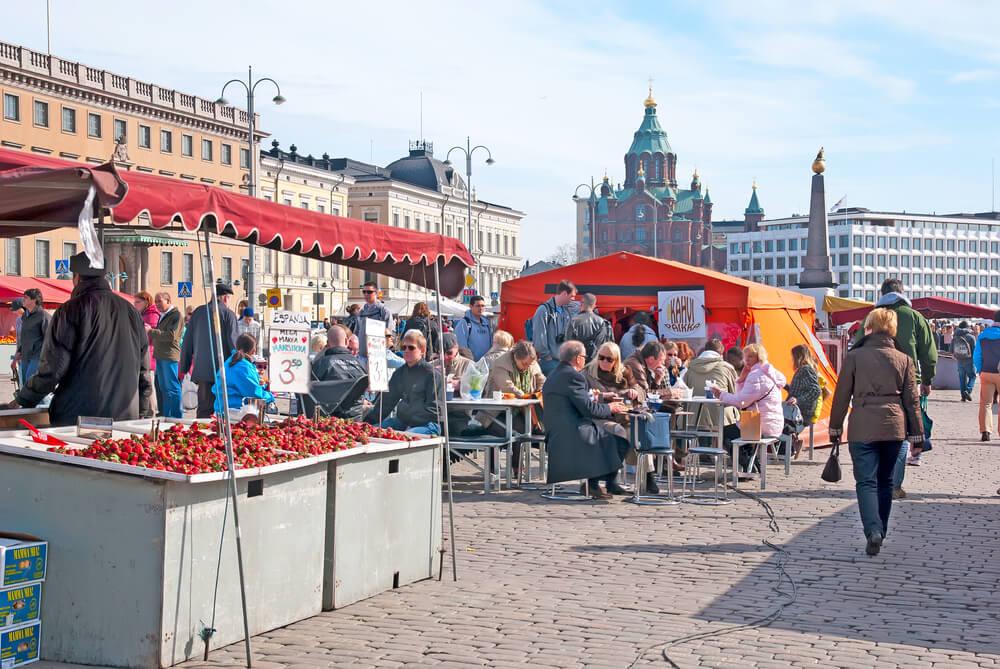 pessoas a passearem na praça do mercado