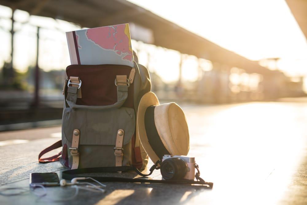 mochila e acessorios de viagem colocados no chao