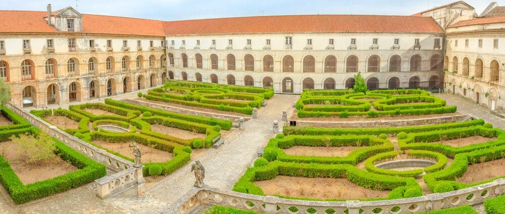 patio interior do mosteiro de alcobaça e os seus jardins