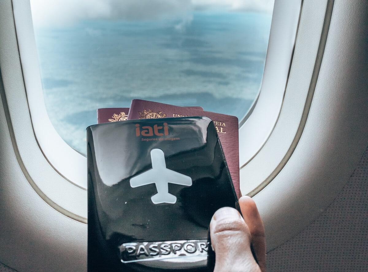 passaporte com janela de aviao de fundo