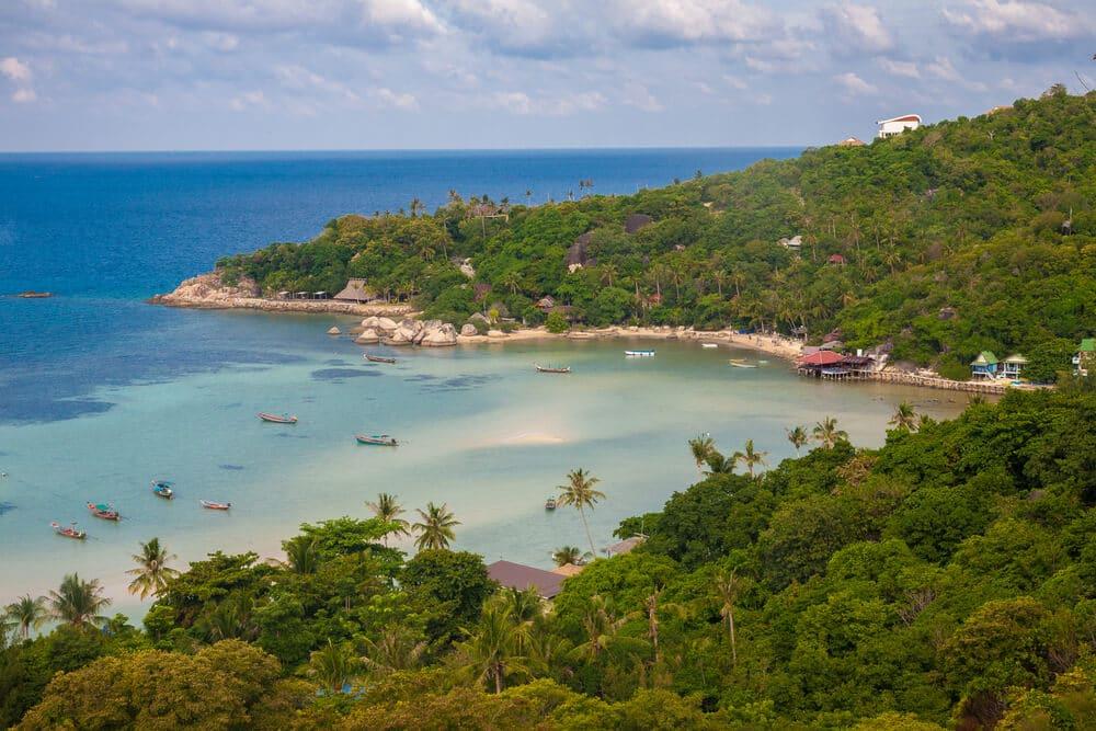 vista aerea da baia, praia e floresta de chalok bay