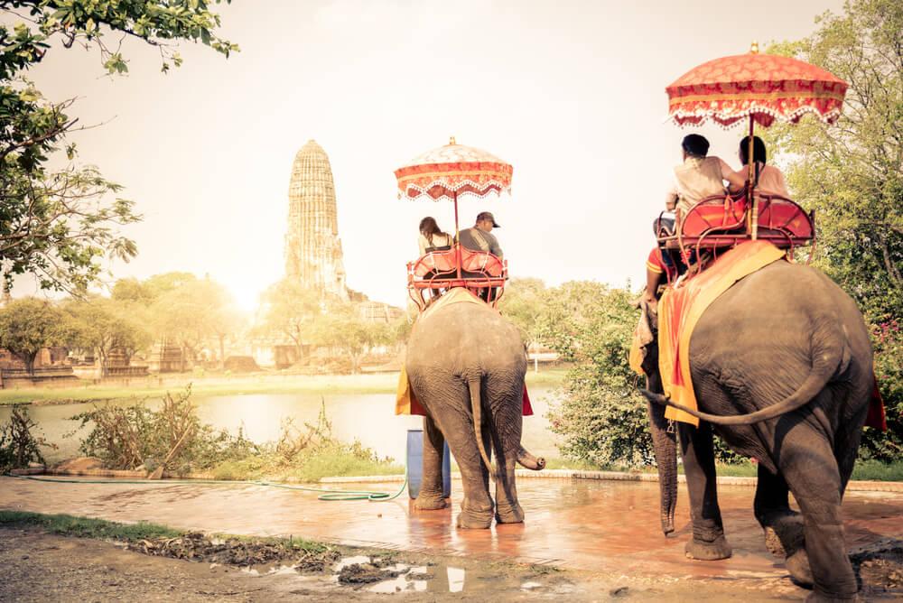 turistas montados em elefante em Ayutthaya