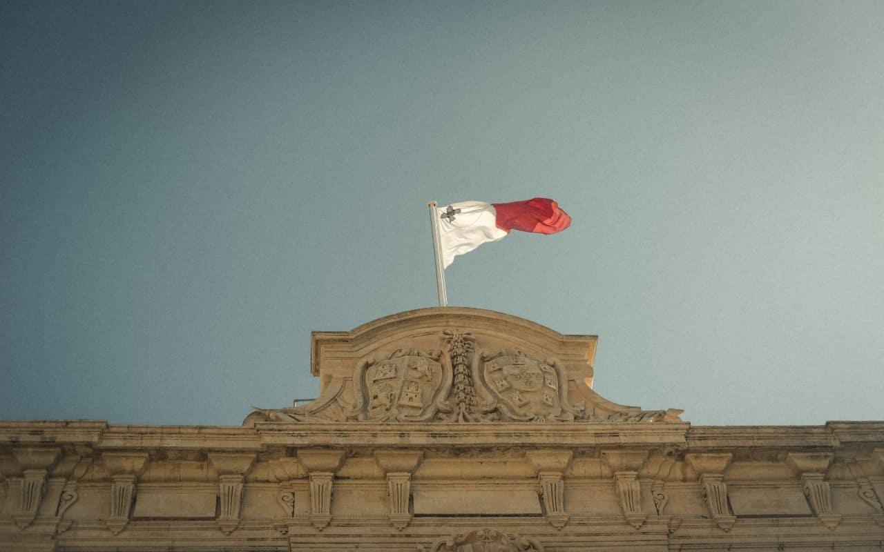 bandeira de malta a ondular ao vento