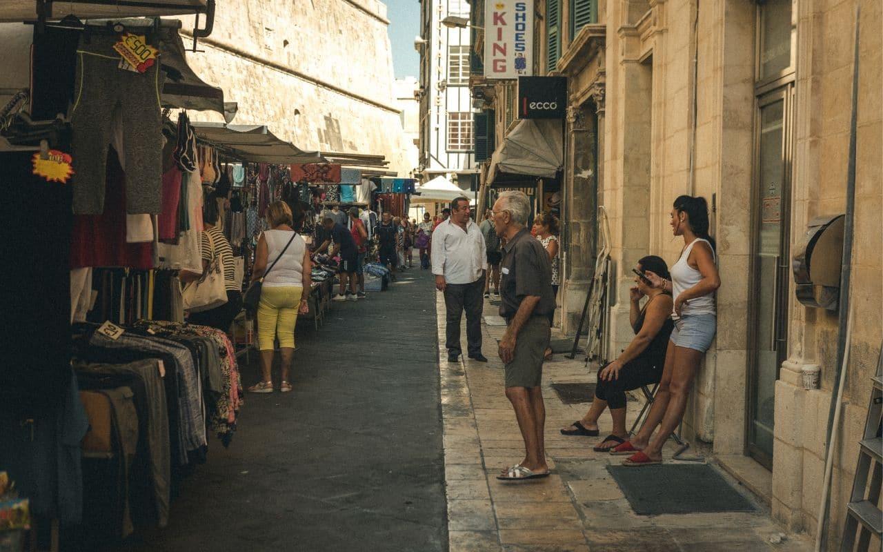 turistas a passear numa rua de valetta
