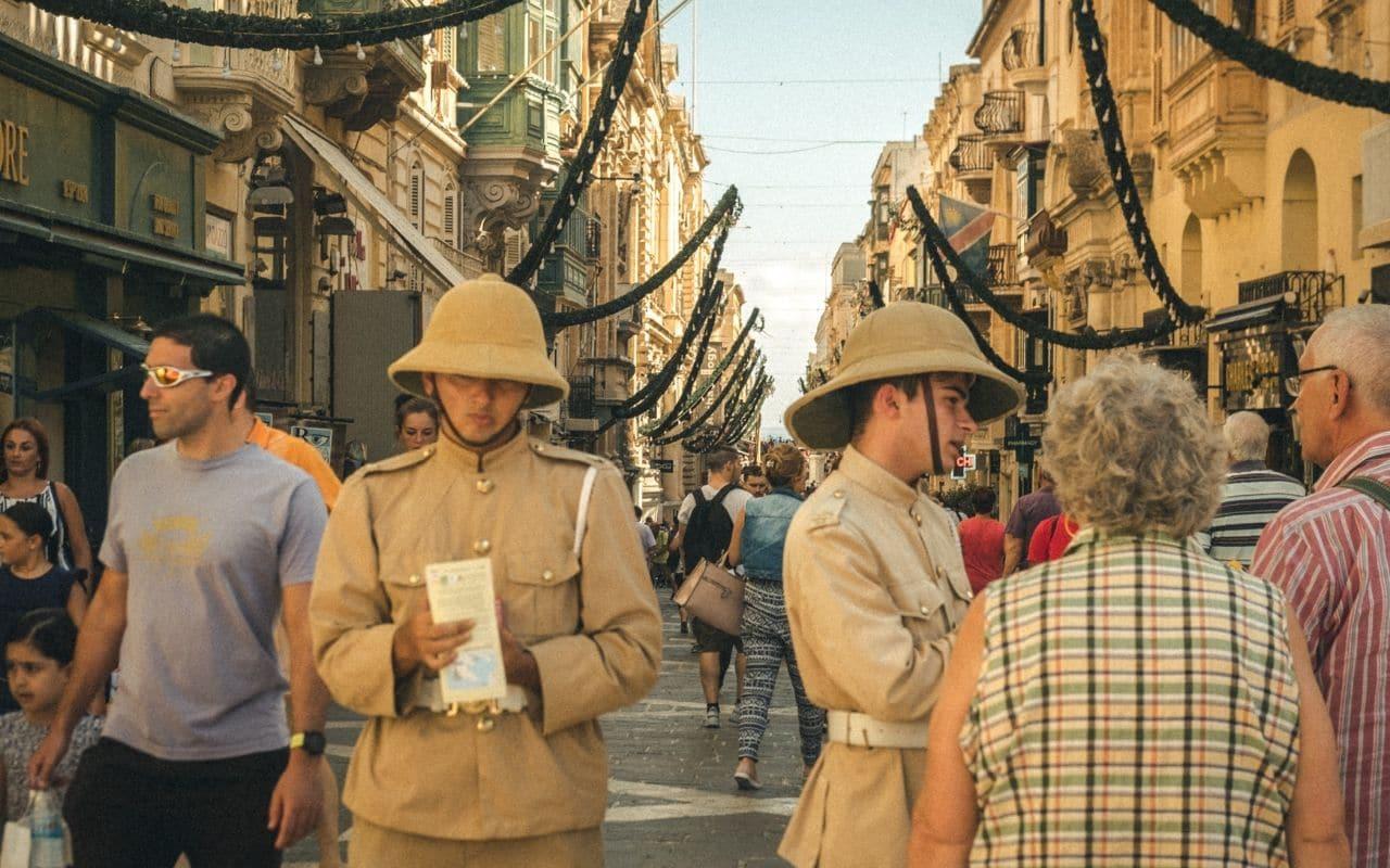 policias malteses numa rua de valetta