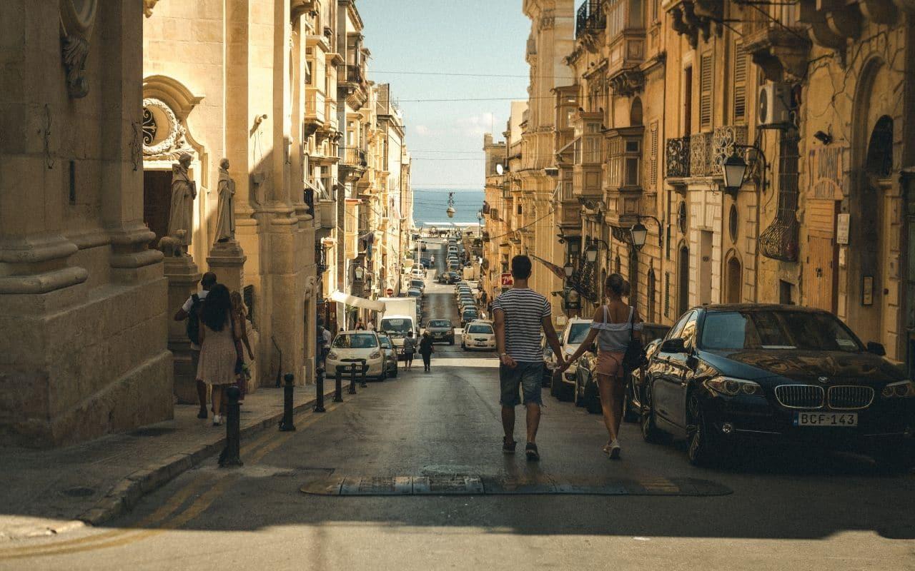 casal a passear de maos dadas numa rua de valetta