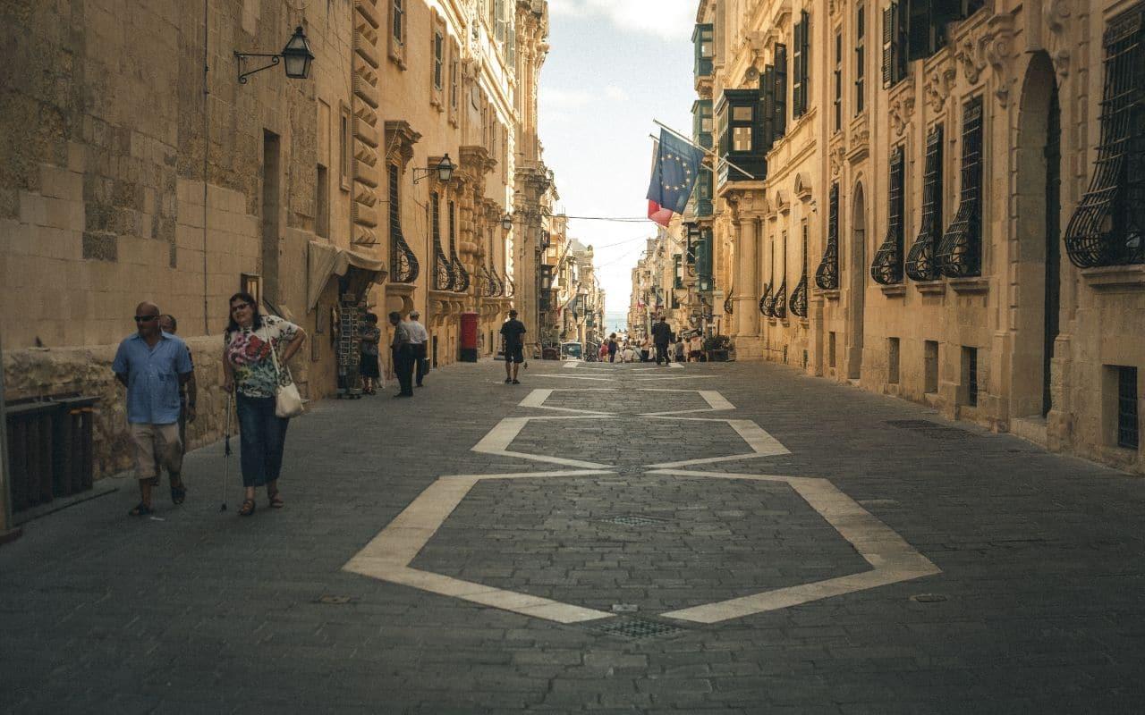 rua de valetta durante o dia