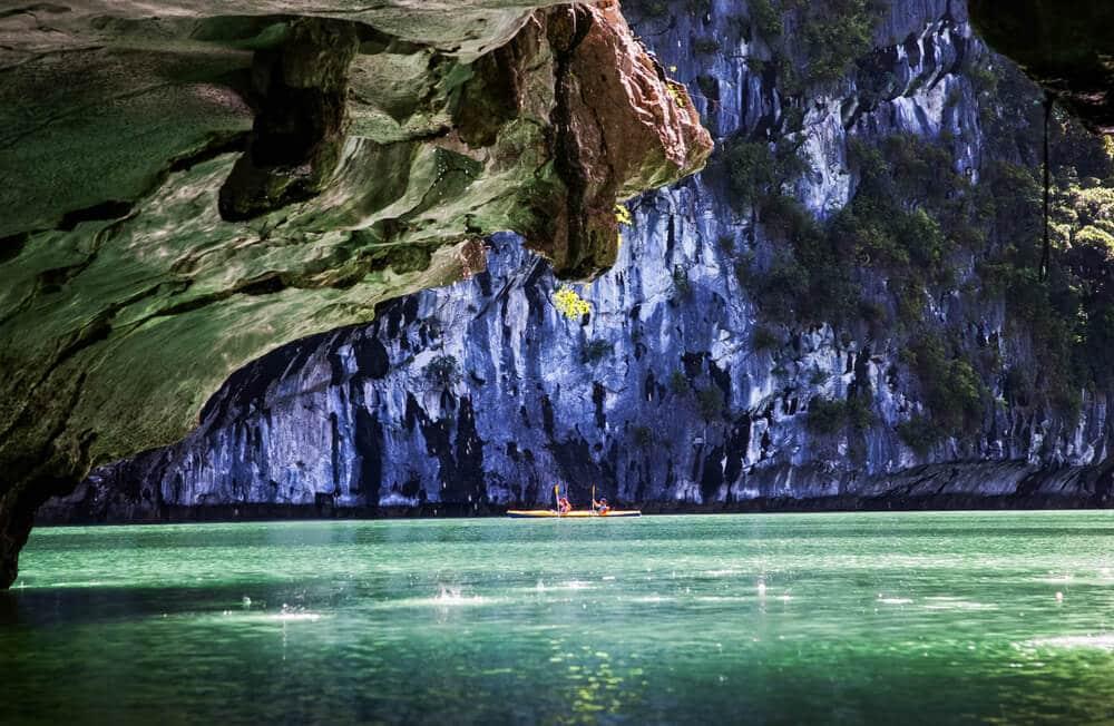 passeio de caiaque pelas grutas da baia de halong