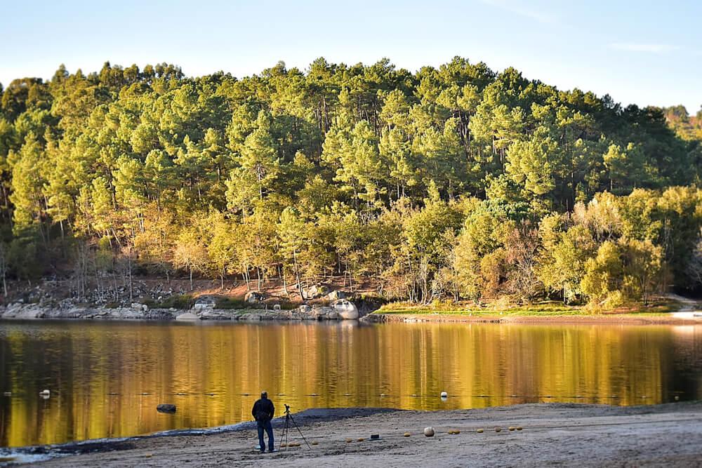 barragem da queimadela e floresta circundante durante o outono