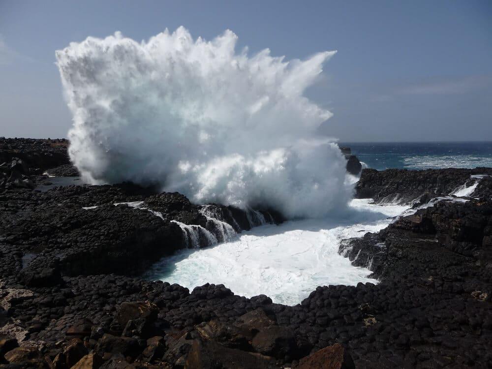 ondas rebentam contra a buracona