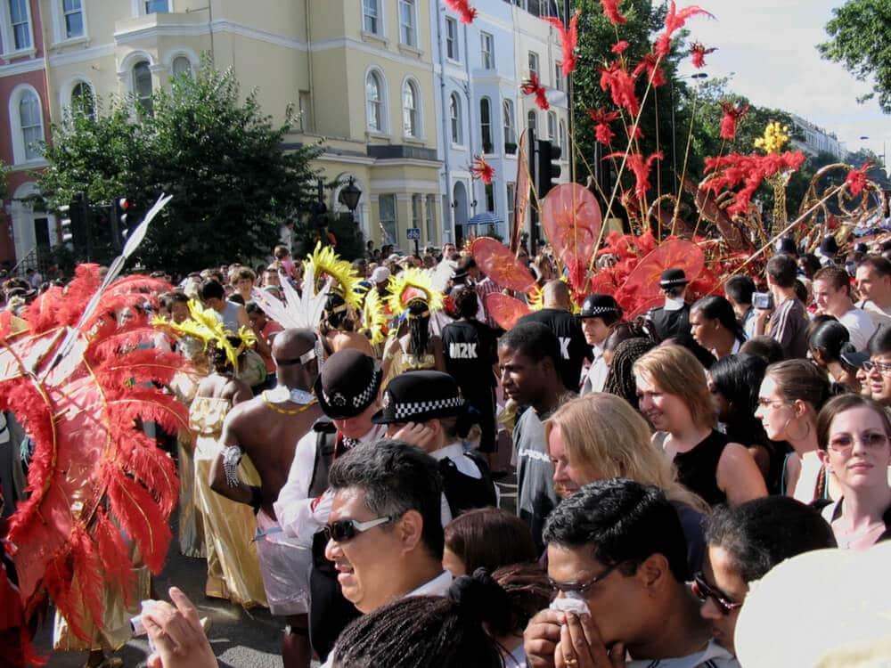 multidao durante o desfile de carnaval de notting hill