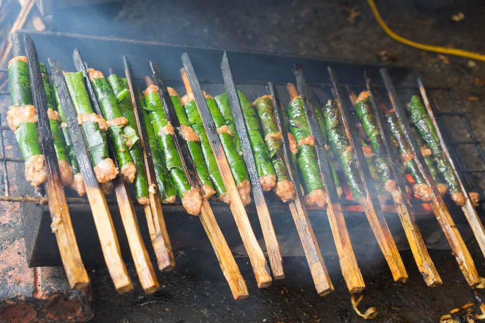 carne no churrasco para preparaçao de bun cha